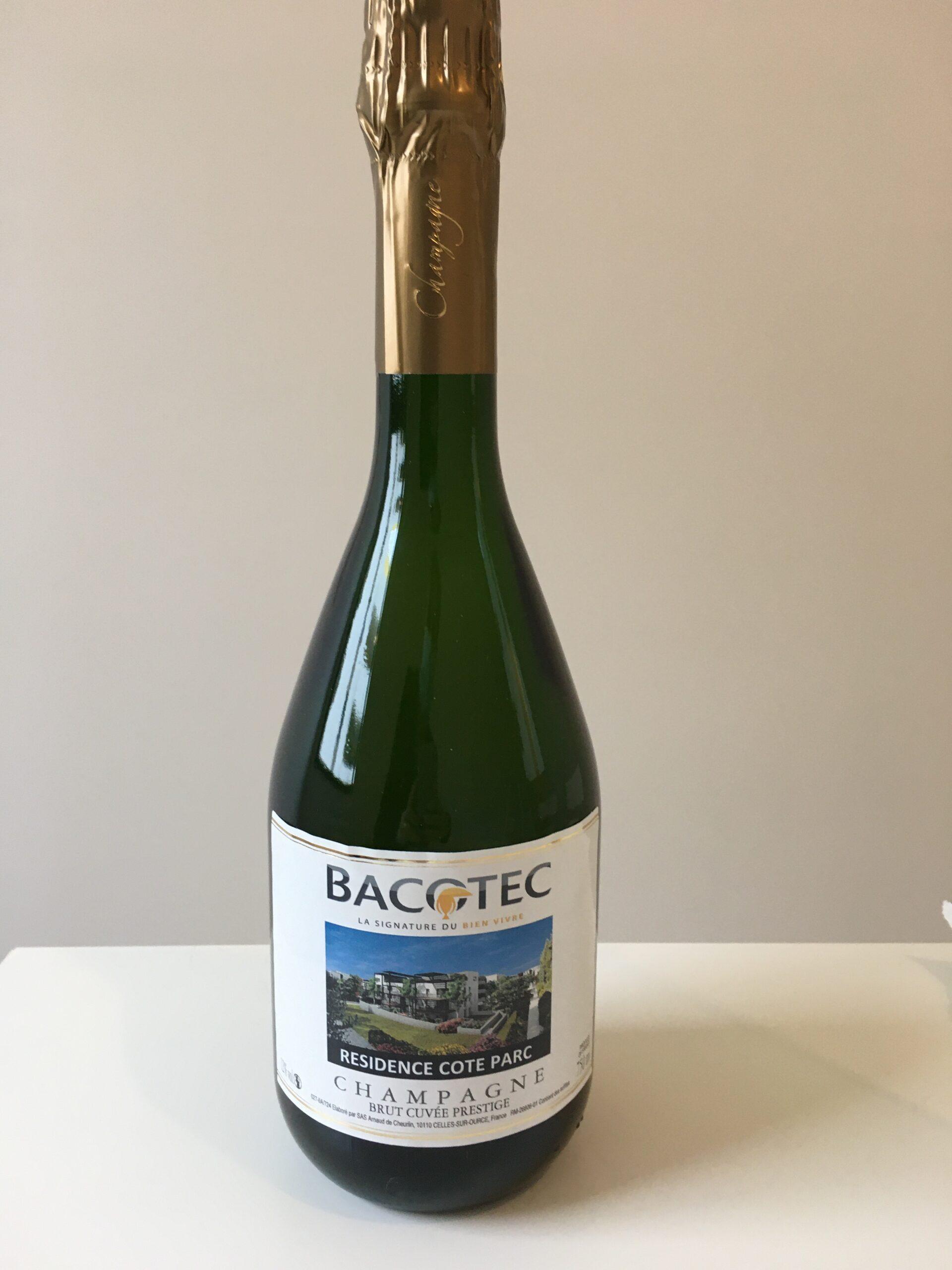 Bouteille de champagne pour fêter la résidence Côté Parc située dans le quartier Ovalie