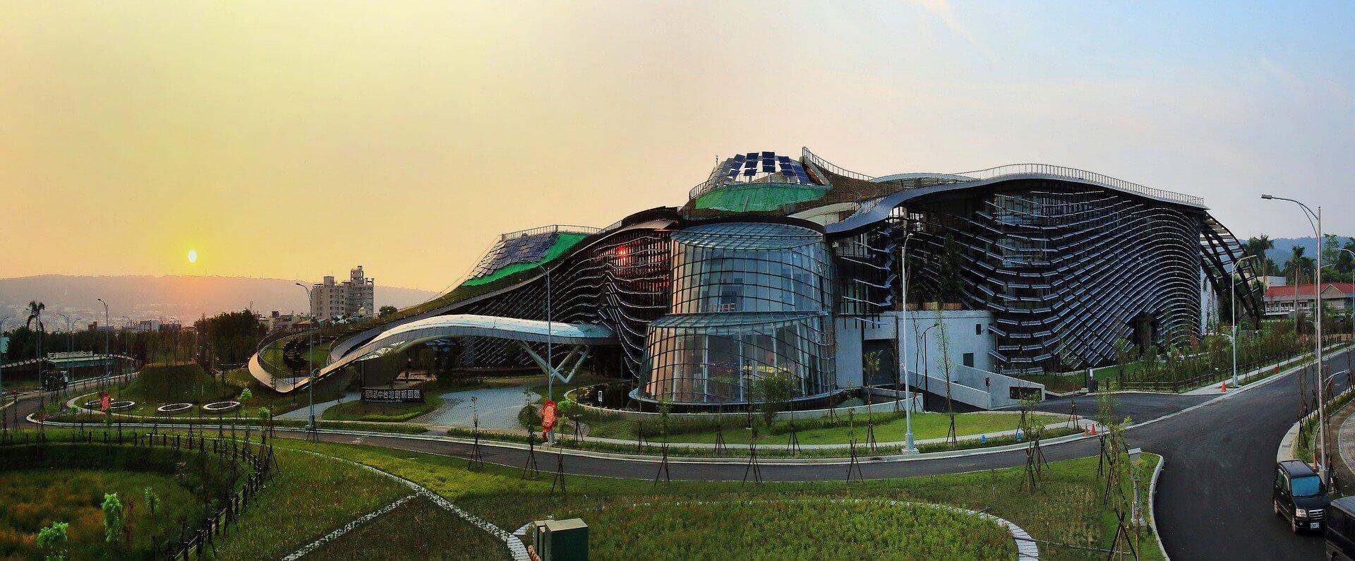un bâtiment qui est construit sous la norme RE 2020